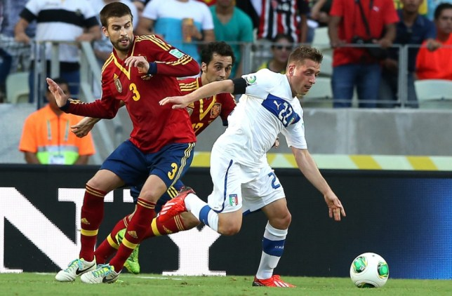 epa03763822 Emanuele Giaccherini (R) of Italy in action against Gerard Pique (L) of Spain during the Confederations Cup semi final match between Spain and Italy at the Castelao stadium in Fortaleza, Brazil, 27 June 2013.  EPA/SRDJAN SUKI