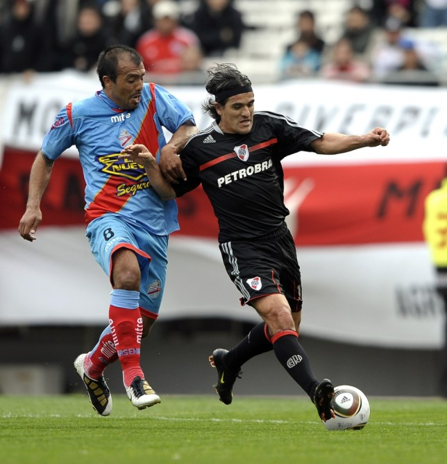 River Plate's forward Ariel Ortega (R) is marked by midfielder Cristian Leiva of Arsenal, during an Argentina first division football match at the Monumental stadium in Buenos Aires on September 12, 2010.            AFP PHOTO/Alejandro PAGNI (Photo credit should read ALEJANDRO PAGNI/AFP/Getty Images)