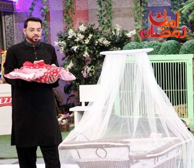 Aalim Aur Aalam Facebook photo Aamir Liaquat Hussain https://www.facebook.com/AamirLiaquatHussainAlimAurAalam Pakistan TV show gives babies away