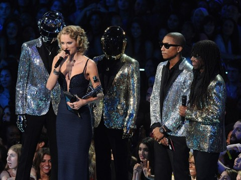 Taylor Swift caught swearing at One Direction during VMAs speech