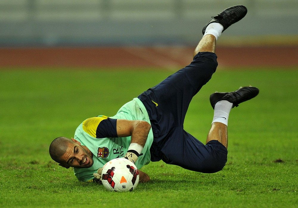 Victor Valdes confirms his desire to leave Barcelona with Arsenal and Chelsea on alert
