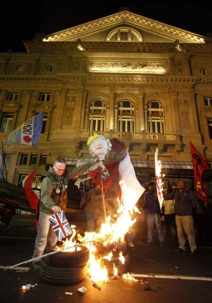 Queen's effigy burned in Argentina protest