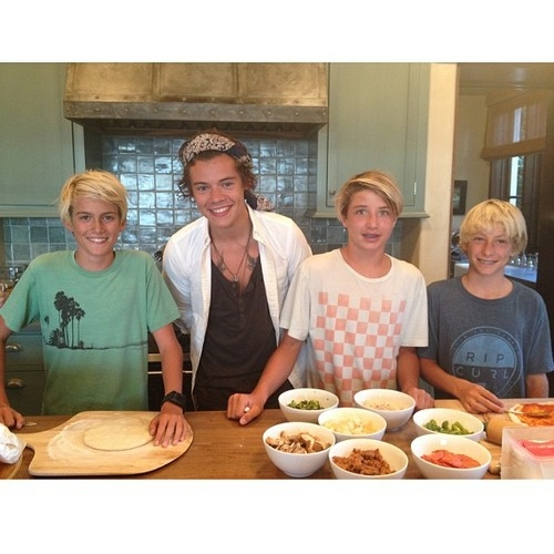 Harry Styles makes pizza from scratch with Cindy Crawford's children