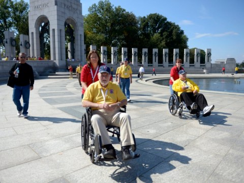 Veterans defy shutdown and visit war memorial to pay tribute to the dead