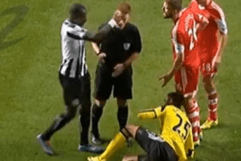 Newcastle midfielder Moussa Sissoko accidentally punches referee Mike Jones
