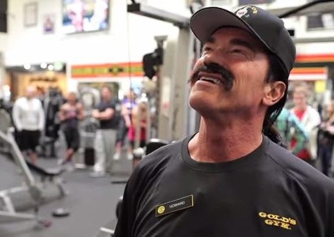 Arnold Schwarzenegger tries to go undercover; everyone recognises him immediately
