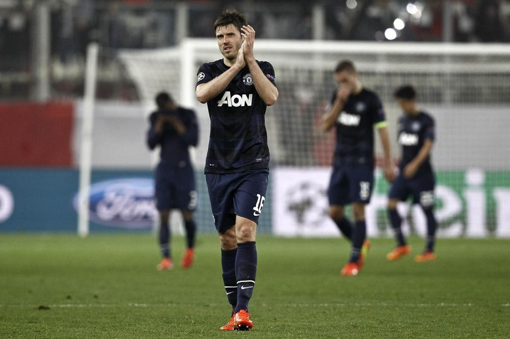 Manchester United's Michael Carrick (C) applauds the fans after a Champions League round of 16 first leg soccer match against Olympiakos at Karaiskaki stadium in Piraeus, near Athens, February 25, 2014. REUTERS/Yorgos Karahalis (GREECE - Tags: SPORT SOCCER) Yorgos Karahalis/Reuters