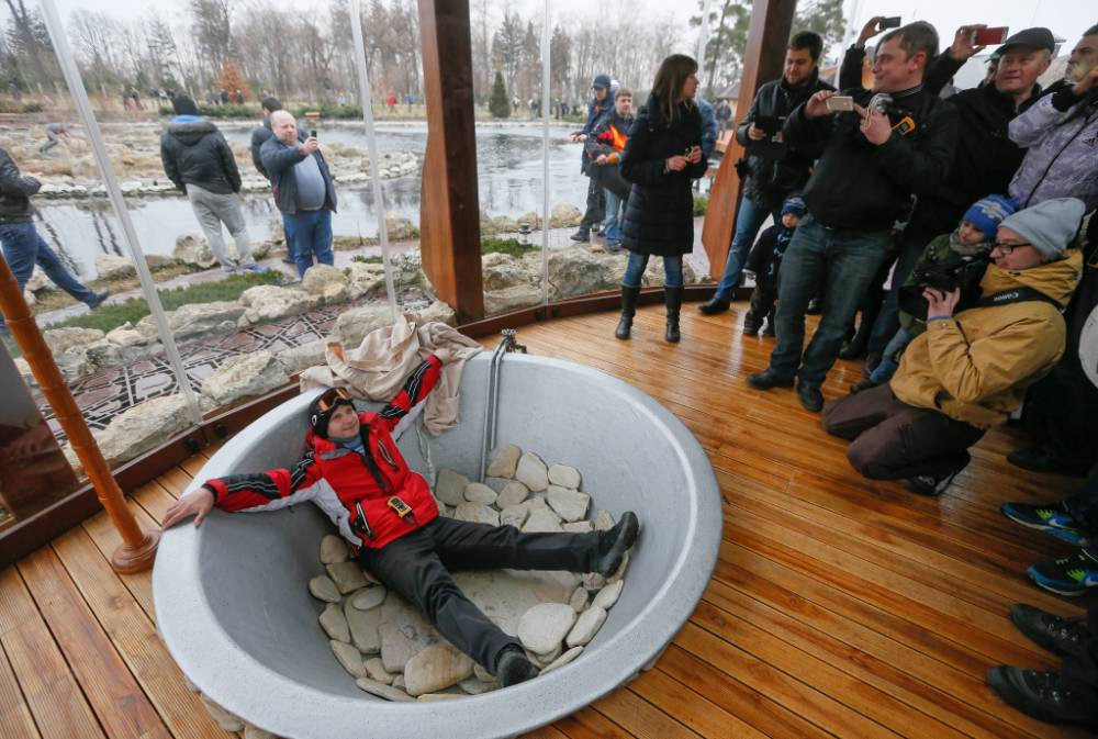 Ukrainians tour abandoned home Viktor Yanukovych as president vows not to stand down