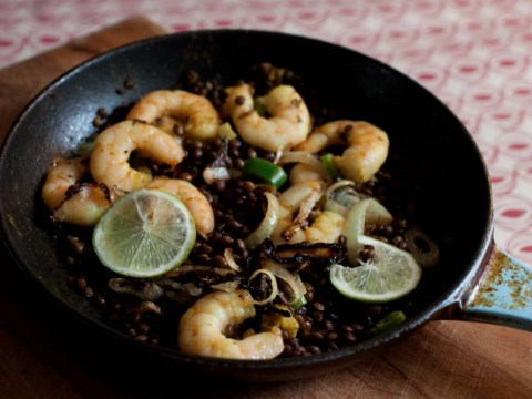 Recipe: How to cook easy garlicky prawns with lentils