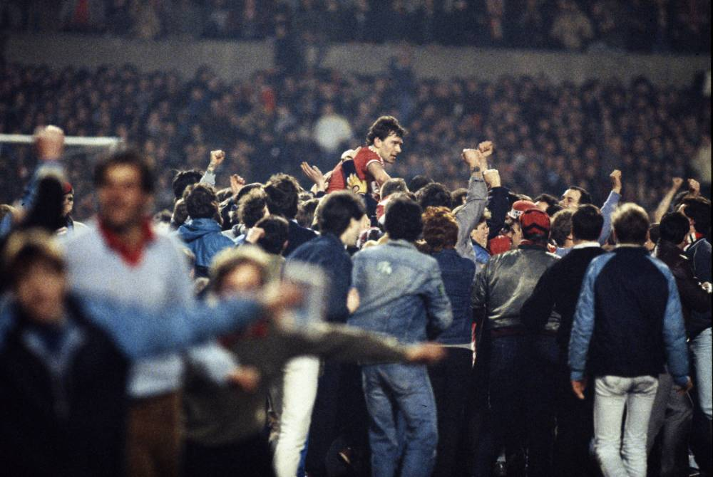 Sport, Football, pic: 21st March 1984, European Cup Winners Cup Quarter Final, 2nd Leg, Manchester United 3 v Barcelona 0, United win 3-2 on aggregate, Manchester United's 2 goal hero Bryan Robson is carried shoulder high by jubilant supporters  (Photo by Bob Thomas/Getty Images)
