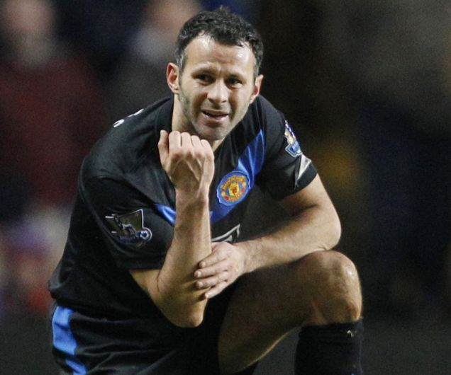 Ryan Giggs injures his arm against Aston Villa