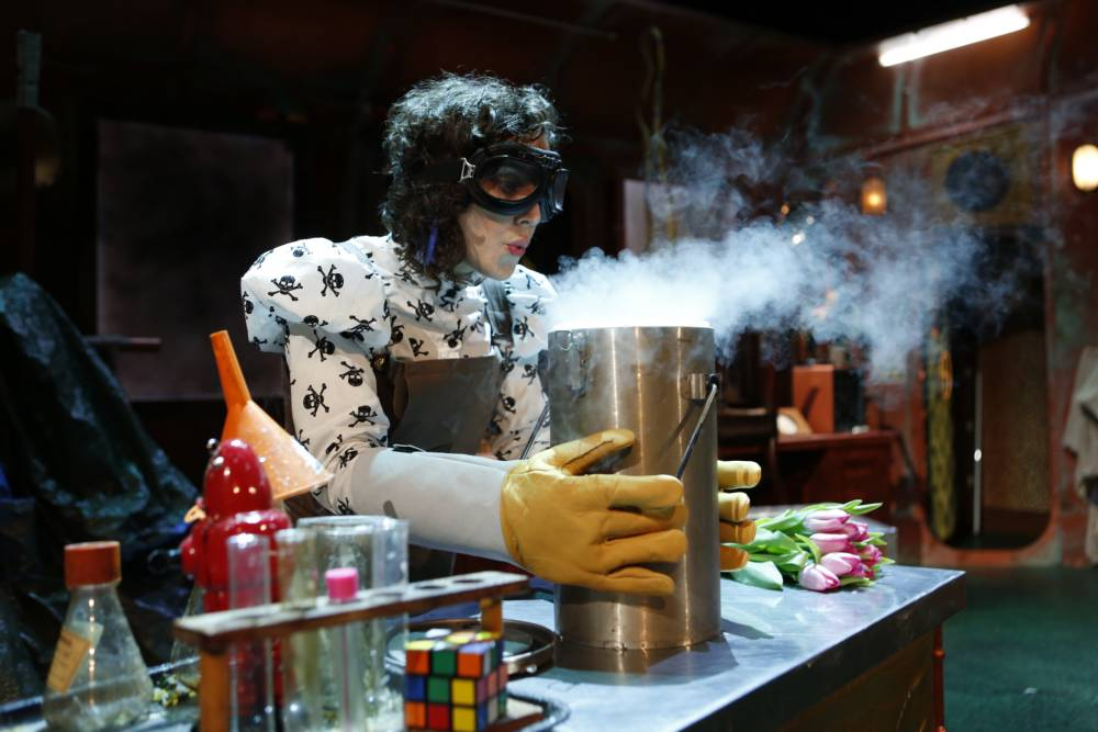 Soaring hydrogen filled rockets and flaming methane bubbles among crazy experiments of Science Museum live show