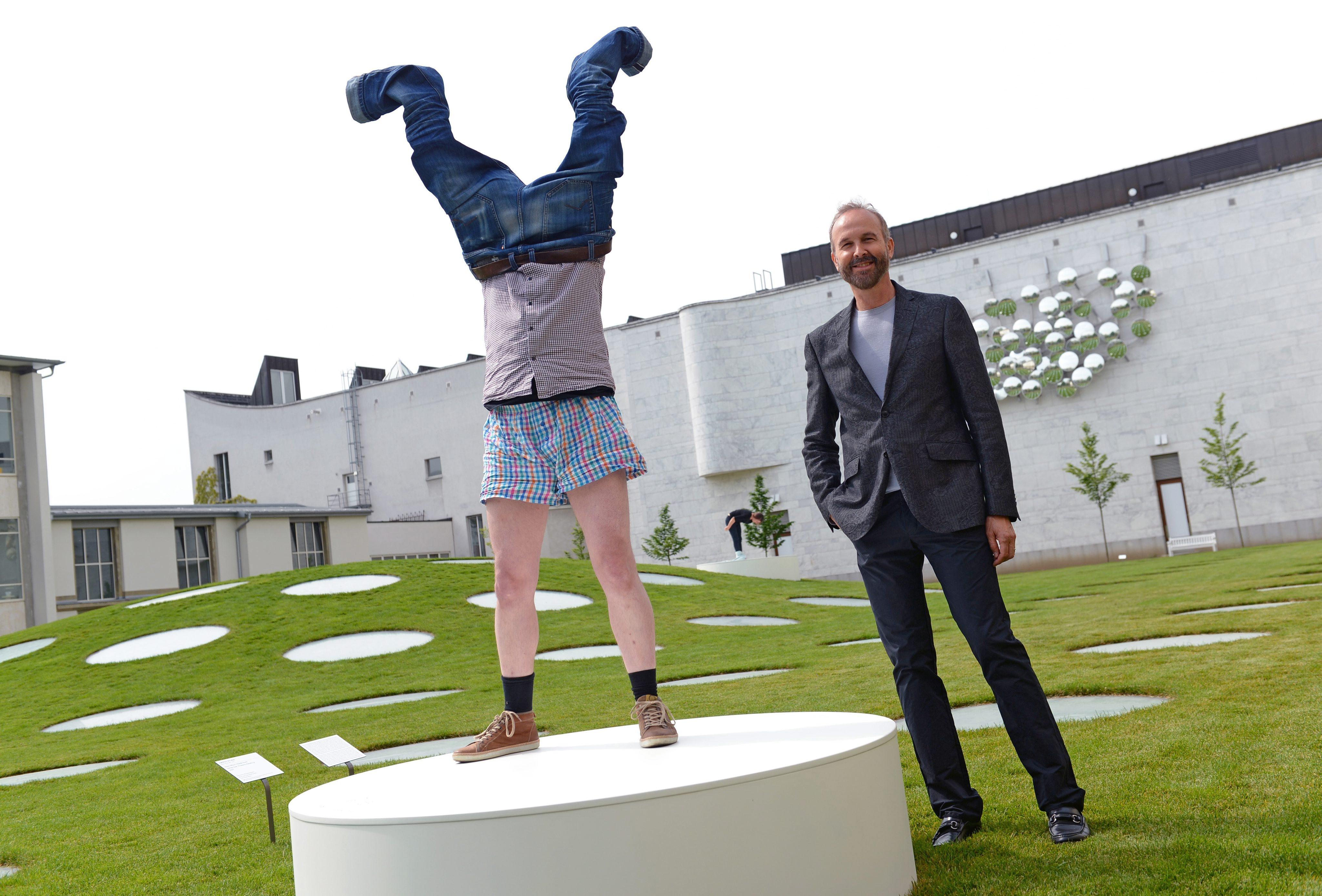 Erwin Wurm: Bizarre one minute sculptures
