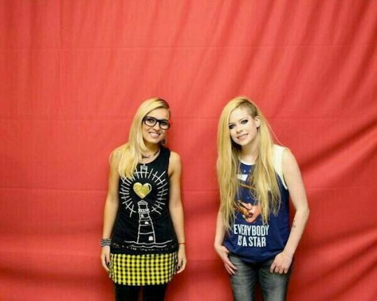 Awkward Avril Lavigne meet and greet Fans were charged the equivalent of $360 to have a picture taken with her, but instructed not to touch her. Pictures are SO awkward.