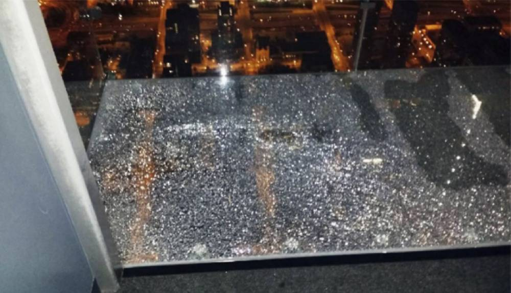 Willis Tower, glass cracked