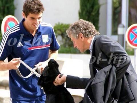 Arsenal transfer target Yoann Gourcuff gets injured… walking his dog