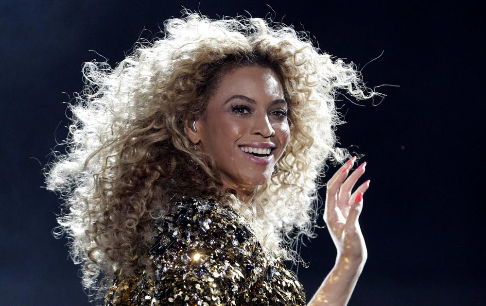 Beyonce performs on the Pyramid stage on the last day of the Glastonbury Festival in Somerset June 26, 2011. CATHAL MCNAUGHTON/REUTERS