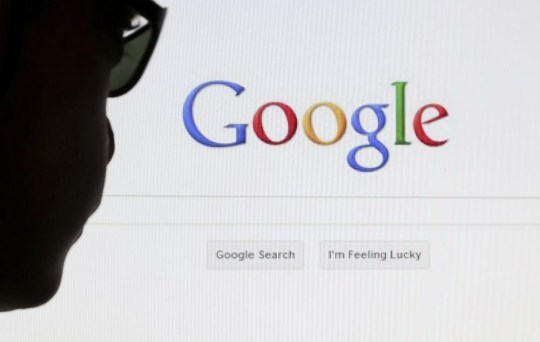 A computer user poses in front of a Google search page in this photo illustration taken in Brussels May 30, 2014. Google Inc's revenue increased 22 percent in the second quarter, as the Internet company saw strong demand for ads on its websites, July 17, 2014. REUTERS/Francois Lenoir/Files (BELGIUM - Tags: POLITICS SCIENCE TECHNOLOGY)