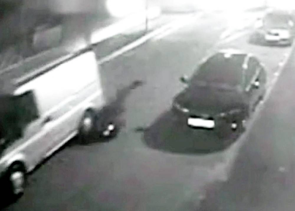 Dramatic video shows brave police officer being dragged by speeding getaway van