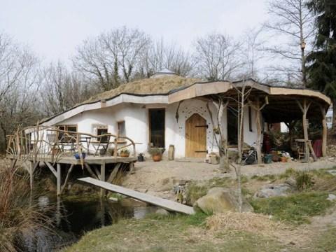 'Hobbit house' facing demolition after council chief vote