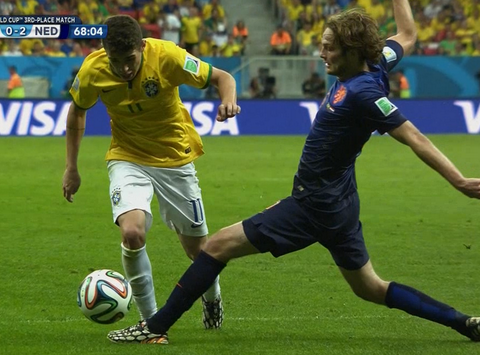 First booking for diving at World Cup 2014 goes to Oscar, it's totally undeserved