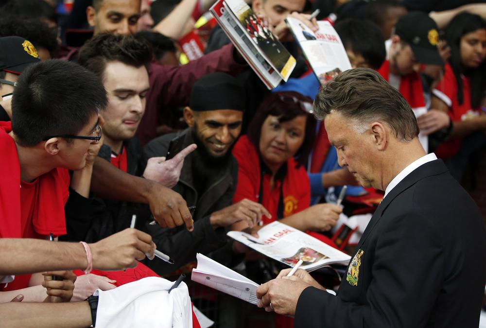 Why Louis van Gaal was wrong to sign autographs after Manchester United were tonked
