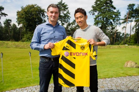 DORTMUND, GERMANY - AUGUST 31: (EXCLUSIVE COVERAGE)  New signing Shinji Kagawa (L) of Dortmund poses with Michael Zorc, Borussia Dortmund's Director Sports Sportdirektor on August 31, 2014 in Dortmund, Germany.  (Photo by Alexandre Simoes/Borussia Dortmund/Getty Images)
