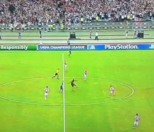 Demba Ba takes incredible shot from kick-off, nearly leaves Arsenal goalkeeper Wojciech Szczesny red-faced