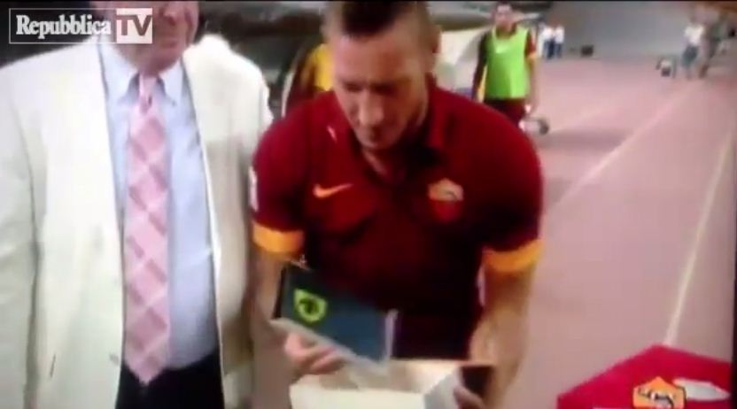 Roma's Francesco Totti receives commemorative plaque from opponents, promptly drops it on the floor