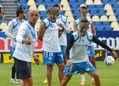 Puebla defenders prepare to face Ronaldinho by training in wolf masks