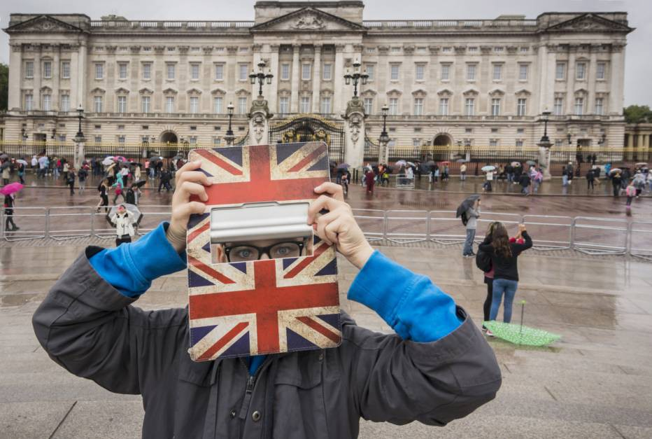 Mandatory Credit: Photo by WestEnd61/REX (4227253a)  MODEL RELEASED UK, London, boy standing in front of Buckingham Palace hiding behind his digital tablet  VARIOUS