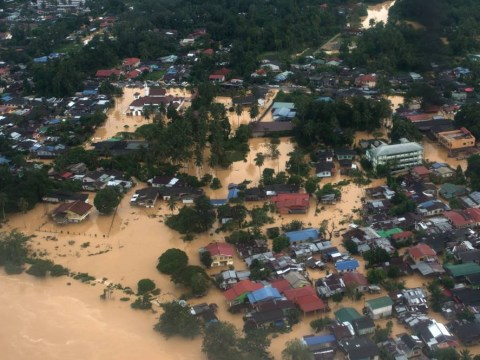 Malaysia flooding: Five dead and more than 100,000 forced to abandon homes