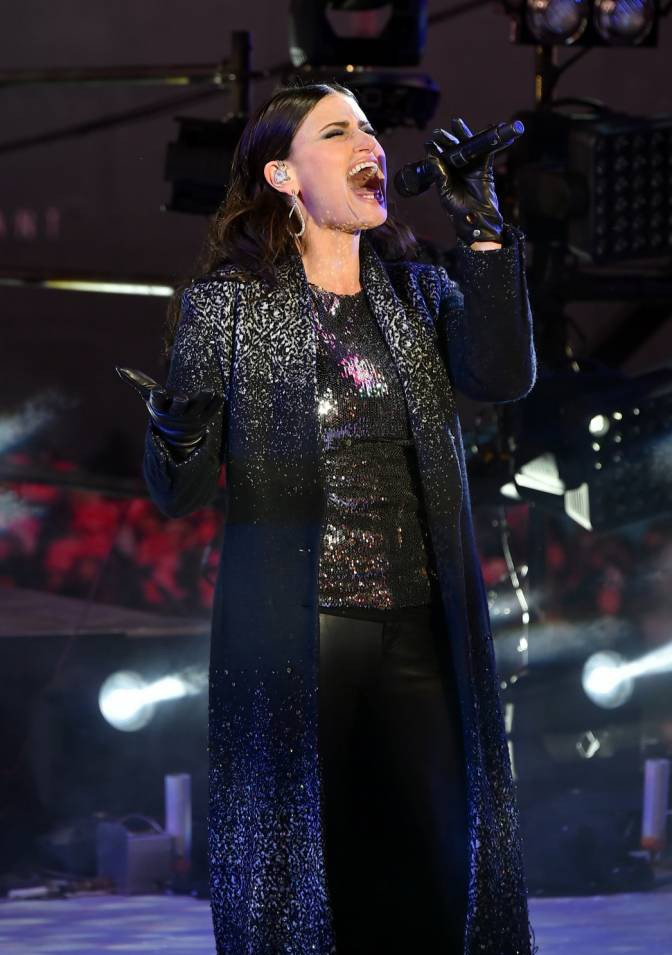 Idina Menzel brings in 2015 for New York City by performing Frozen smash-hit Let It Go in Times Square (and Taylor Swift was there too)
