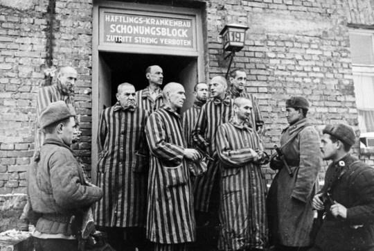 Des soldats russes libérant des prisonniers d'Auschwitz