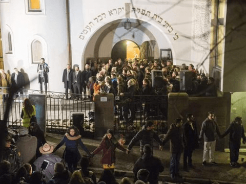 1000 Muslims form 'Ring of Peace' around Oslo synagogue