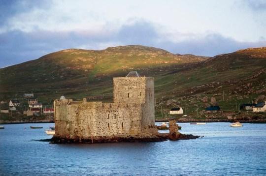 UNITED KINGDOM - CIRCA 2002:  A view of Kishmul Castle on Barra Island in the Hebrides. Scotland, United Kingdom, 12th century. (Photo by DeAgostini/Getty Images)
