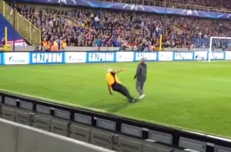 Steward hilariously slips over while trying to catch pitch invader during Club Brugge v Manchester United