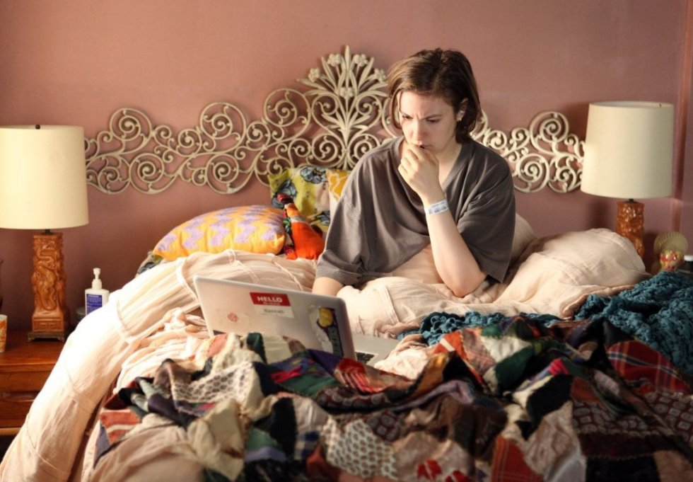 lena dunham as hannah in GIRLS on her laptop in bed