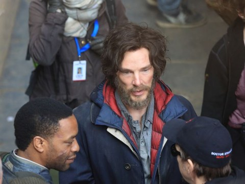 Benedict Cumberbatch looks like a hobo on the Doctor Strange set with Chiwetel Ejiofor