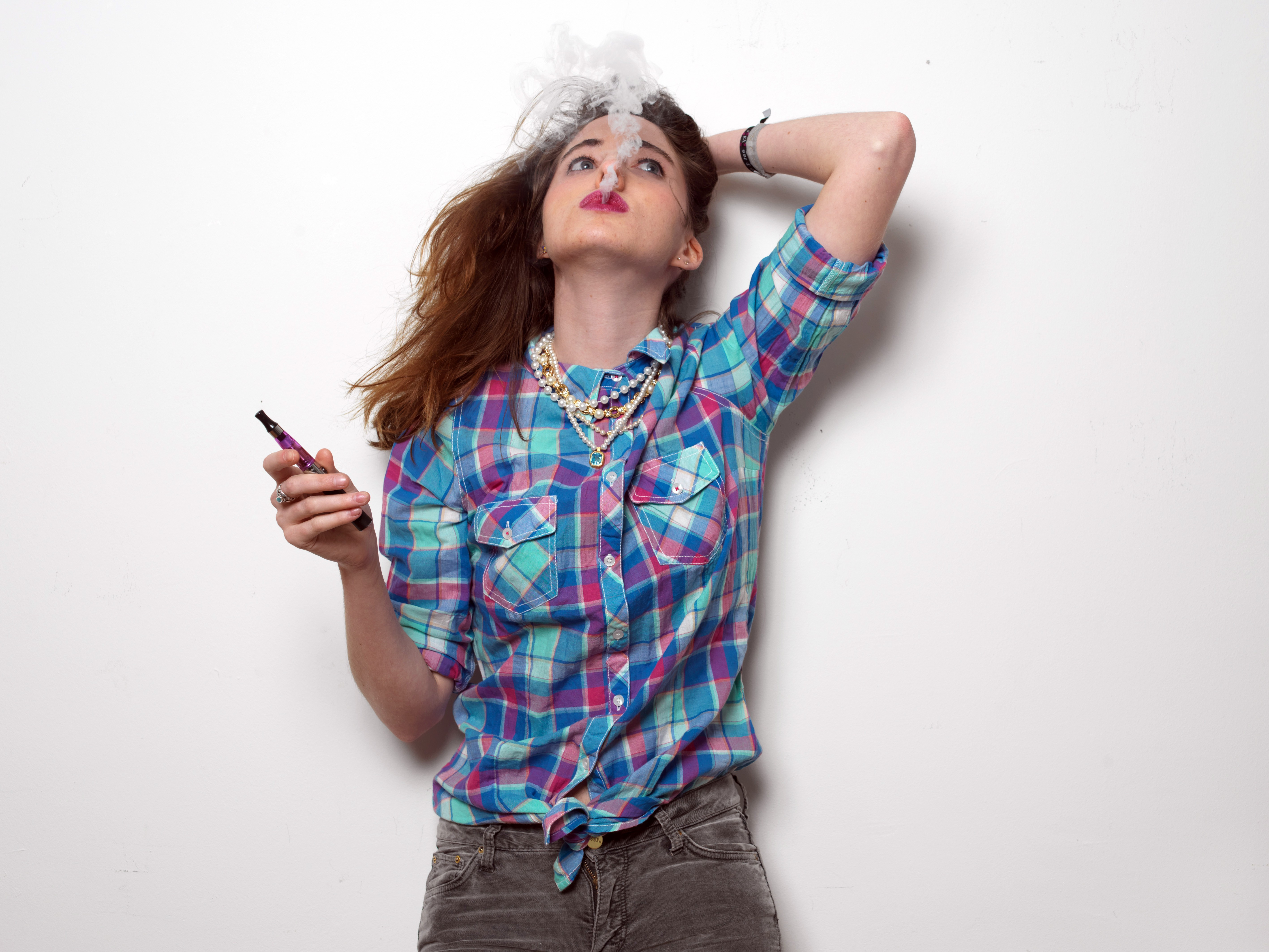 YOUNG GIRL AGED 20 SMOKING ELECTRONIC CIGARETTE