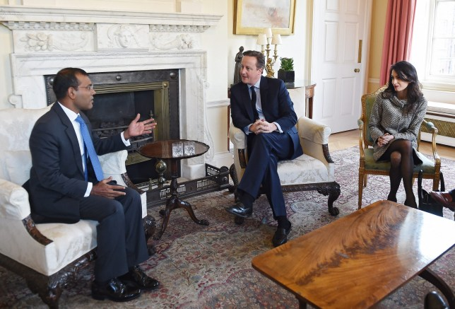 epa05120109 former President of Maldives Mohamed Nasheed (L-R), British Prime Minister David Cameron and British lawyer Amal Clooney meet at 10 Downing Street in London, Britain, 23 January 2016. The former president of the Maldives has been granted temporary release from prison to fly to Britain for surgery. EPA/ANDY RAIN / POOL