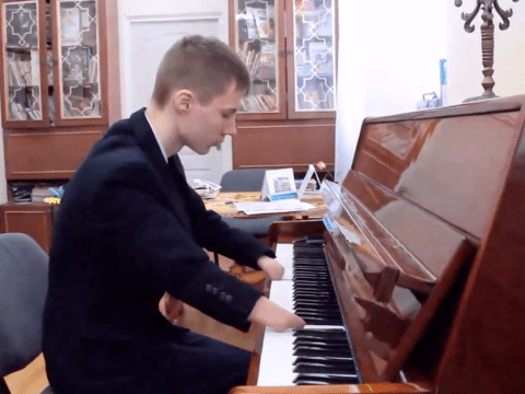 Russian teenager born without hands plays the piano… and nails it