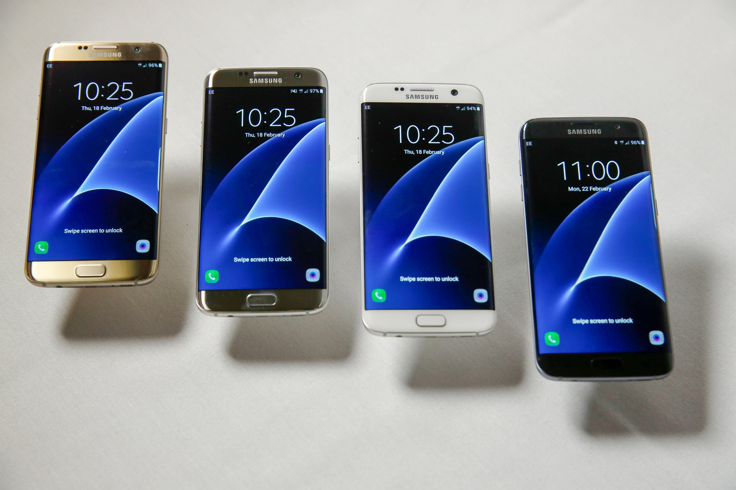 The new range of Samsung Electronics Co. Galaxy S7 edge with 3D thermo forming in four finishes, left to right, Gold Platinum, Silver Titanium, White Pearl and Black Onyx all showing the display screen in this arranged photo in London, U.K., on Thursday, Feb. 18, 2016. Samsung showed off new Galaxy S7 smartphones featuring upgraded components and the return of a popular feature missing from their predecessors, in the latest attempt to breathe life into its premium line and wrest ascendancy back from Apple Inc. Photographer: Luke MacGregor/Bloomberg via Getty Images