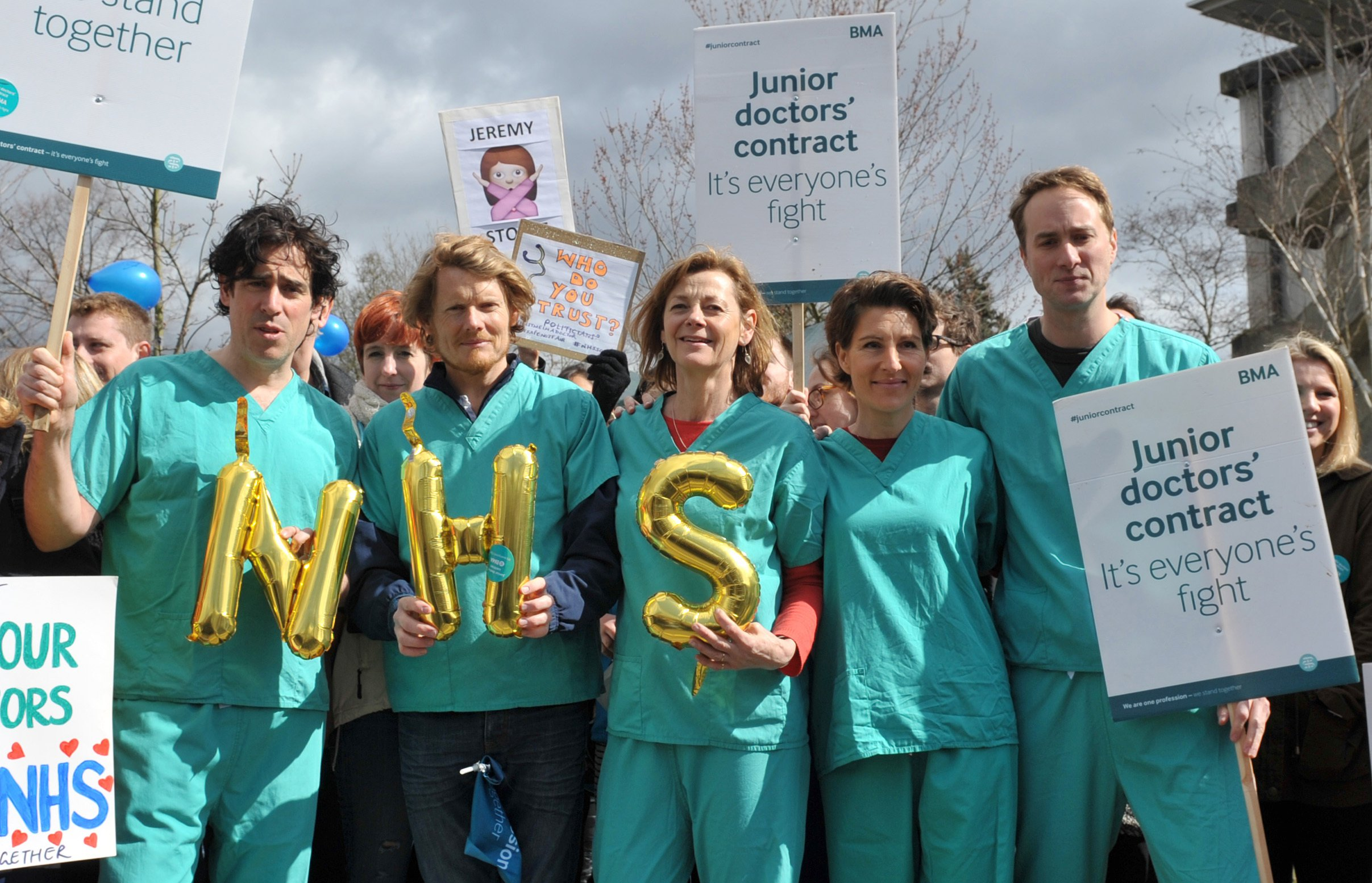 Green Wing cast (from the left) Stephen Mangan, Julian Rhind-Tutt, Pippa Haywood, Tamsin Greig and Oliver Chris join a picket line outside Northwick Hospital in Middlesex, as junior doctors take to picket lines once more in their ongoing dispute with the Government. PRESS ASSOCIATION Photo. Picture date: Wednesday April 6, 2016. The walkout, which will still see junior doctors provide emergency care cover, is the fourth round of industrial action taken by the British Medical Association (BMA) in the row over a new contract for junior doctors. See PA story HEALTH Doctors. Photo credit should read: Nick Ansell/PA Wire