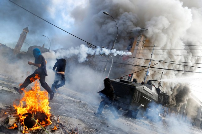Anti-government demonstrators and riot police clash during a rally, as Chile's President Michelle Bachelet delivers a speech inside the National Congress, in Valparaiso city, Chile May 21, 2016. REUTERS/Ivan Alvarado TPX IMAGES OF THE DAY
