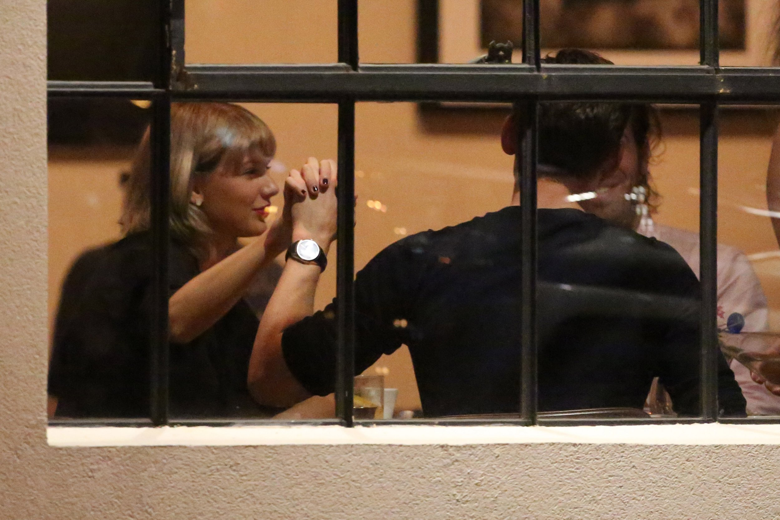 Taylor Swift and Tom Hiddleston hold hands and kiss during dinner date as 'she takes him to meet her parents'
