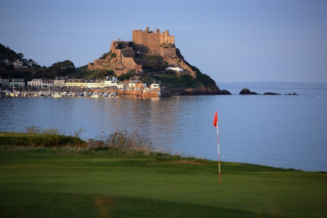 Credit Getty GROUVILLE, JERSEY - SEPTEMBER 19: A view of the green on the 470 yards par 5, 1st hole accross the bay to The Mont Orgueil Castle and the village of Gorey, at The Royal Jersey Golf Club on September 19, 2010 in Grouville, Jersey, Channel Islands. (Photo by David Cannon/Getty Images)