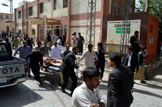 Alamy Live News. GH1D86 Quetta, Pakistan. 8th Aug, 2016. People transfer the body of a victim from the blast site in Quetta, southwestern Pakistan, on Aug. 8, 2016. At least 53 people were killed and 56 others injured in a suicide blast inside the emergency ward of a hospital in Pakistan's southwest Quetta city on Monday morning, local Urdu media and officials said. © Irfan/Xinhua/Alamy Live News This is an Alamy Live News image and may not be part of your current Alamy deal . If you are unsure, please contact our sales team to check.