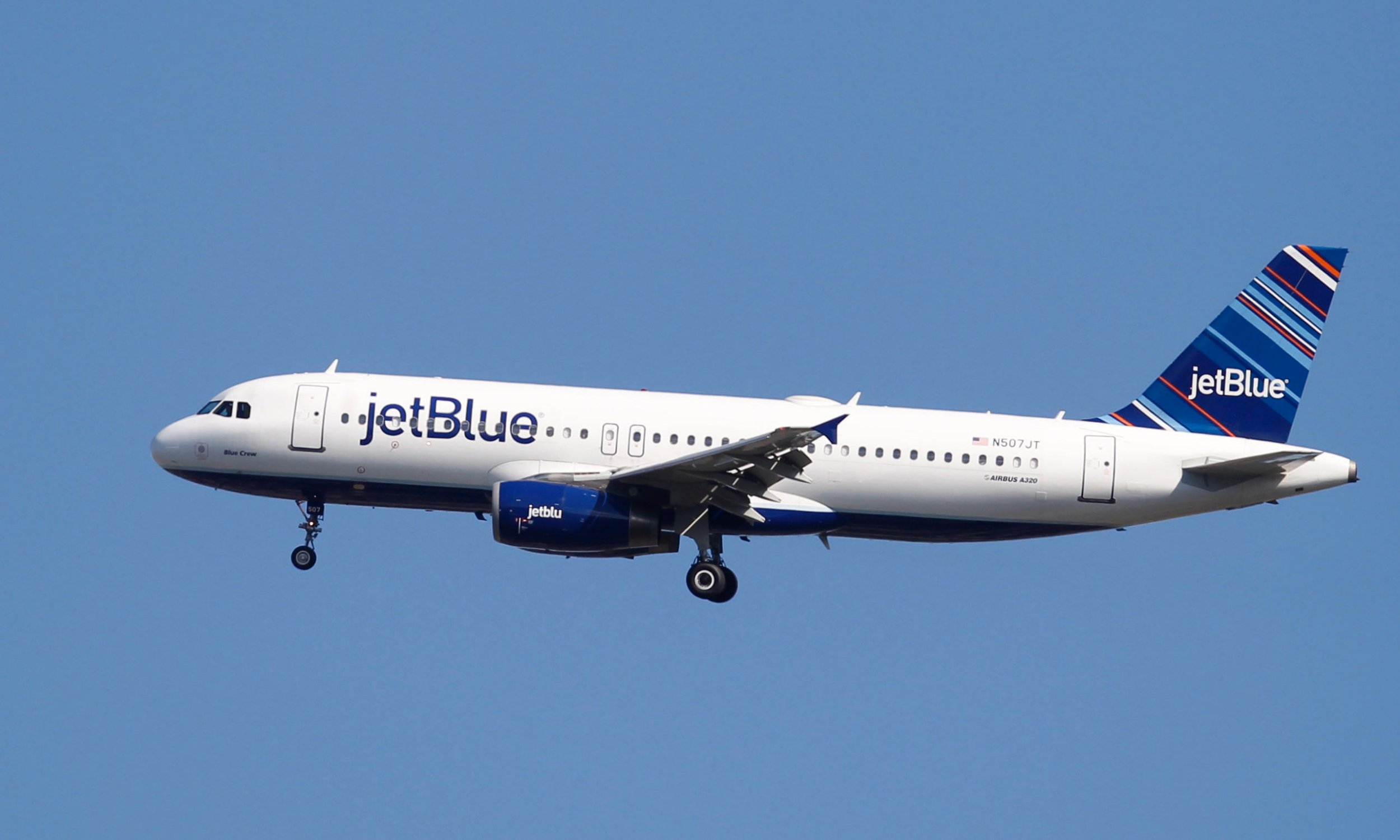 GHY9PJ A Jet Blue plane comes in for a landing at LaGuardia airport in New York, August 29, 2012. REUTERS/Lucas Jackson (UNITED STATES - Tags: TRANSPORT)