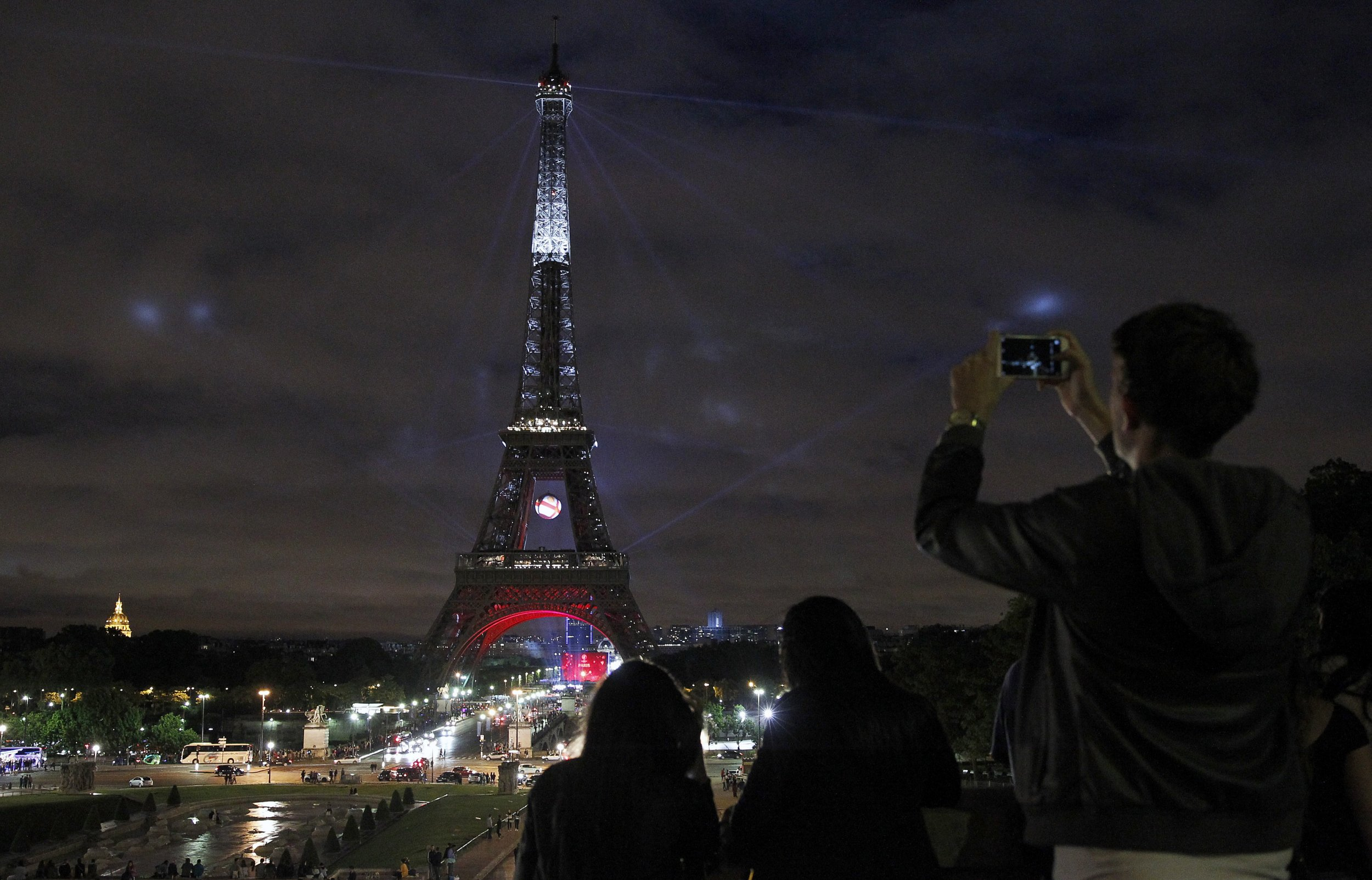 Banned! Taking pictures of the Eiffel Tower at night